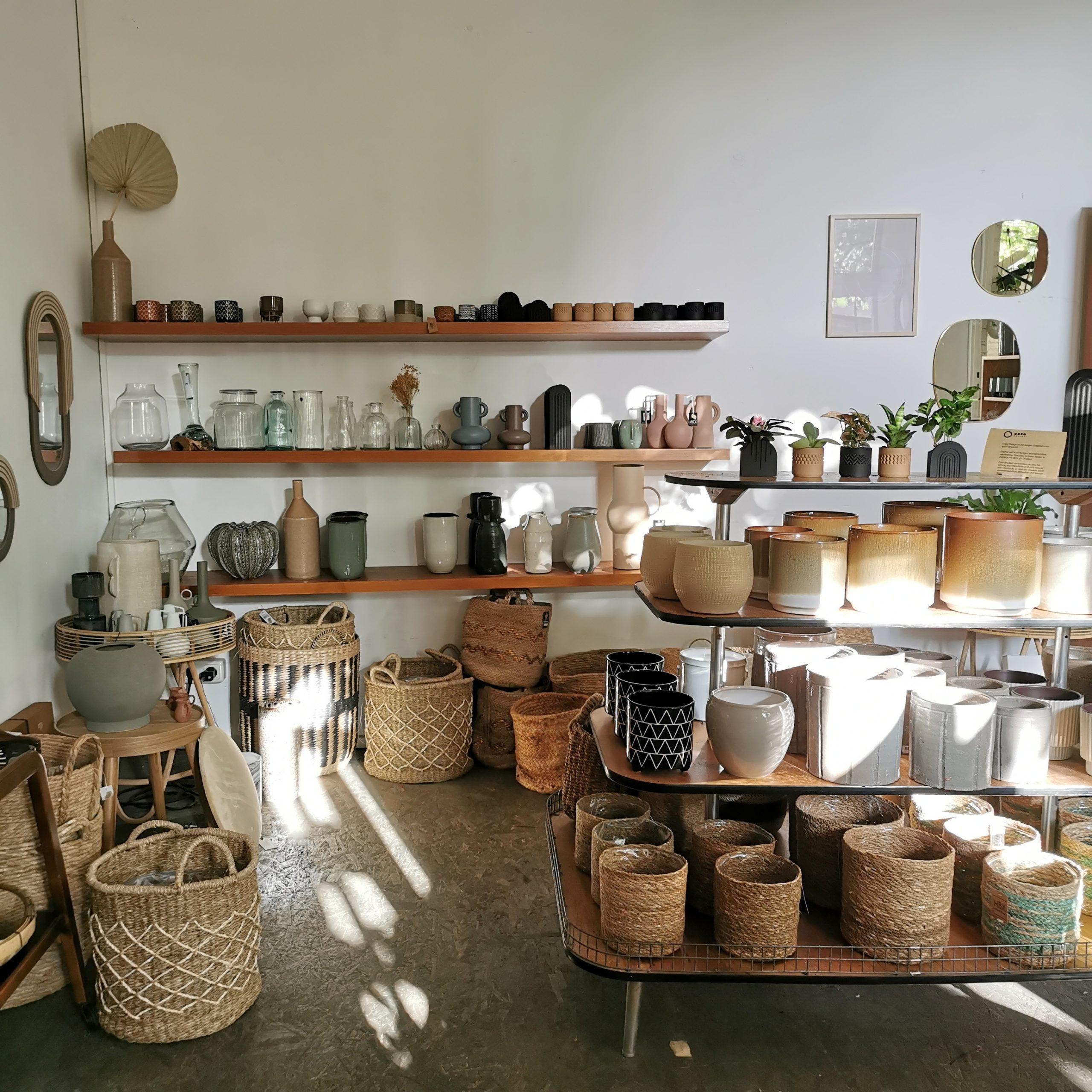 Blmentöpfe, Körbe und Spiegel im Laden von mill am Eifelwall